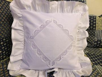 Povlak na polštář s ruční aplikací krajky s kanýrem