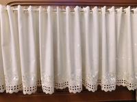 Neprůhledná záclona s výšivkou na vanilkové bavlnce