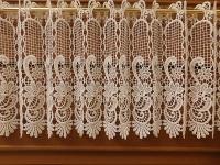 Bílá bohatě vyšívaná vitráž - výška 30 cm