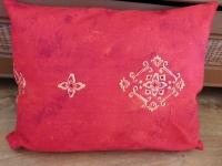 Červánkový polštář s ornamentem
